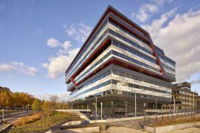 De Rabobank in Eindhoven heeft opvallende gelaagde composietgevels en uitgesneden banden van keramische elementen die doorlopen in een spoiler. Architect UNStudio. Foto Hans Wilschut.