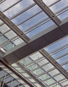 Vlak onder het glazen atriumdak lopen de leidingen van de sprinklerinstallatie.