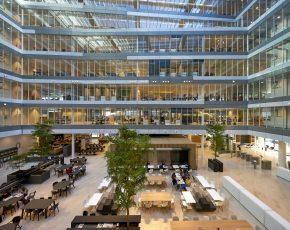 Het atrium vormt het lichte hart van het gebouw met informele werk- en vergaderplekken. In de vloerranden zijn akoestische voorzieningen en installaties weggewerkt. Architect UNStudio. Interieurarchitect OTH. Foto Hans Wilschut.