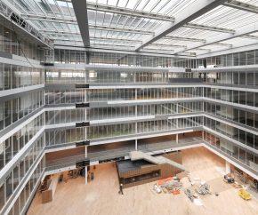 Rondom het atrium zijn transparante puien van isolatieglas geplaatst