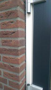 Isogroen isoleert nieuwbouwwoningen eveneens van binnenuit, maar dan met EPS-parels die in de spouw verkleven. Isogroen boort in principe hetzelfde aantal gaten met dezelfde maat als bij na-isolatie van buitenaf