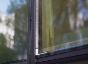 Bij PowerWindows zijn de zonnecellen op de afstandhouders tussen het isolatieglas geplaatst . Foto Jasper Juinen