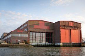 De voormalige Onderzeebootloods is open gemaakt richting het water van de Maas