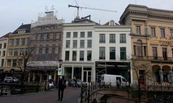 Een pand aan de Oudegracht in Utrecht is verbouwd tot woongebouw.