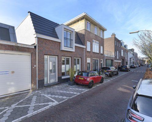 De gevel van de nieuwe tussenwoning sluit aan bij de 19e-eeuwse belendingen in de Gaelstraat, die valt onder beschermd stadsgezicht