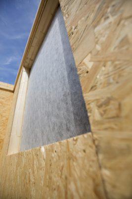 Raamsparingen zijn eenvoudig te maken door een paneel onder en een paneel boven het raam te plaatsen