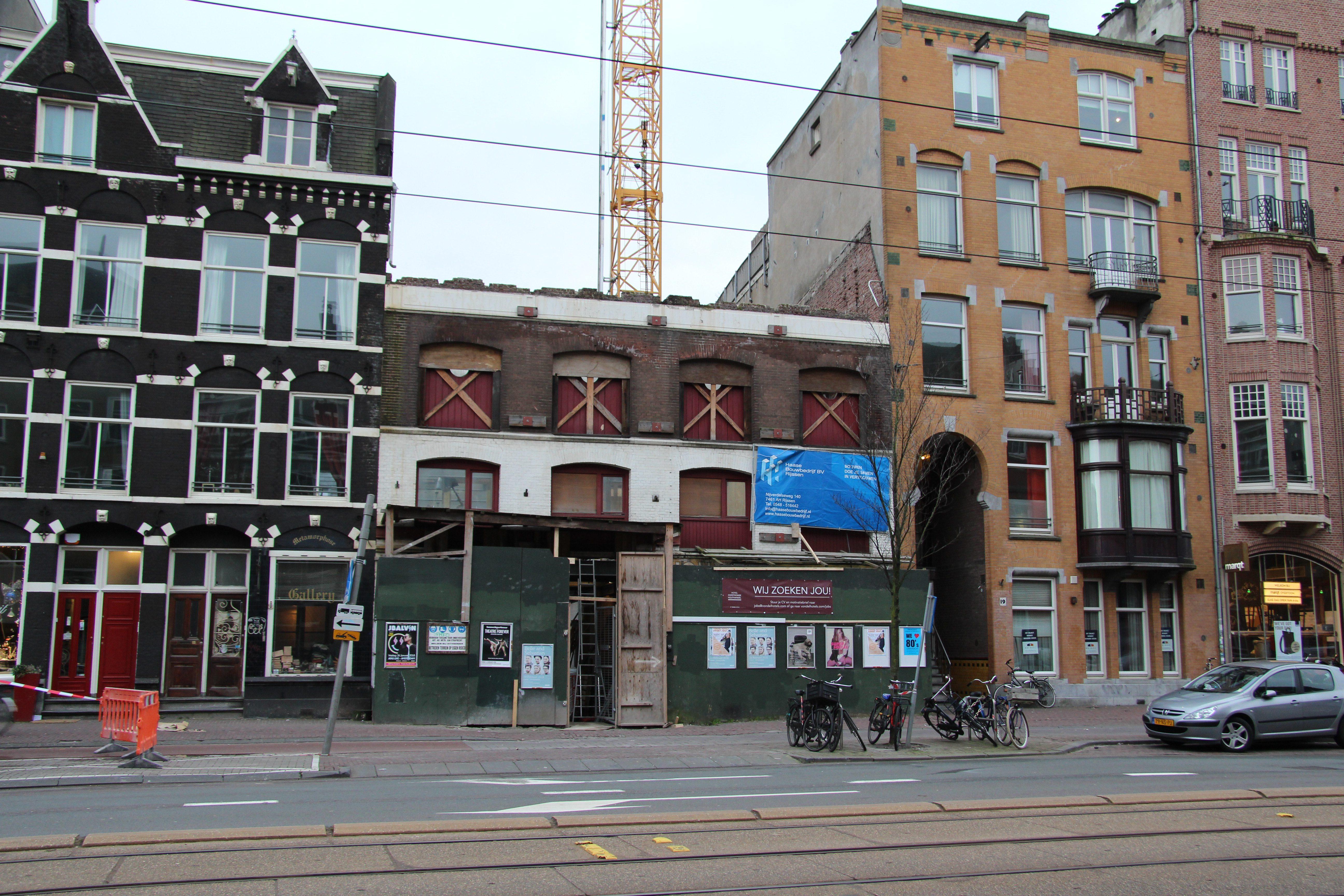 Gevel Overtoom hotel tussen oud hout Amsterdam