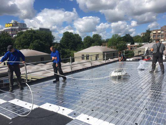 Collectoren van het Energiedak onttrekken zonnewarmte aan de dakbedekking.