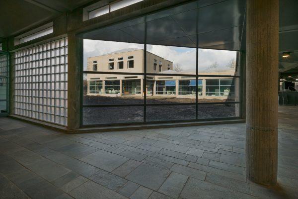 Het Burgerweeshuis bestaat uit geschakelde paviljoens met koepeldaken op architraven waarin een lichtspleet is uitgespaard.