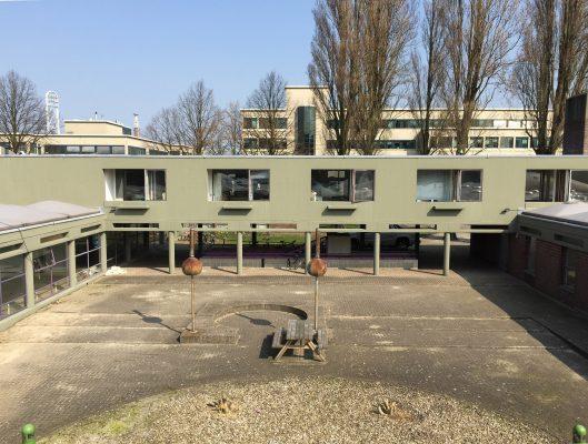 Op de betonnen gevels zat een hardnekkige groene coating.