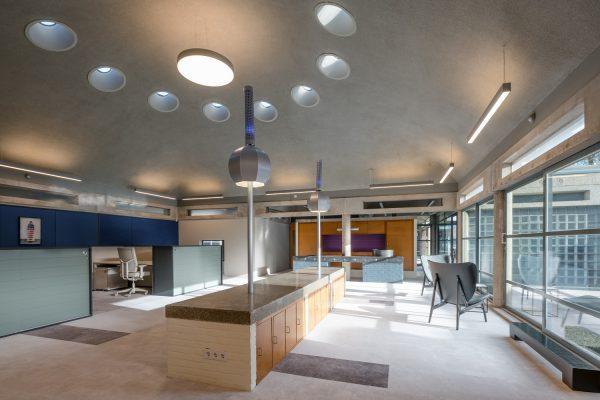 De karakteristieke structuur met constructies van schoon beton is hersteld met behoud van diverse interieurelementen.