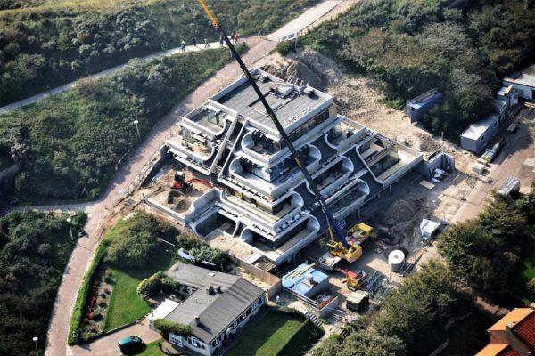 De piramide eindigt met een penthouse op een groot dakterras. (Foto: Lokerse Architecten)