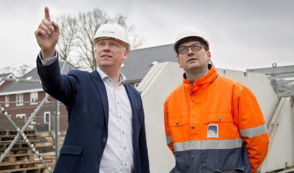 """Joop Jansen (l), adjunct-directeur van Roosdom Tijhuis met naast hem Erik de Vries, innovatieen productmanager van DRBG: """"Samen met De RuwBouw Groep kunnen we helemaal voldoen aan onze conceptmatige manier van bouwen."""""""