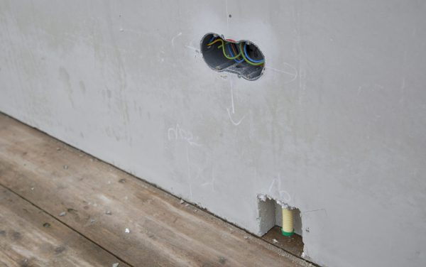 In de Dycore Kant & Klaar vloer zijn de leidingen voor elektriciteit, tapwater en cv, riolering en mechanische ventilatie al aangebracht. In de Heembeton wanden is elektra opgenomen