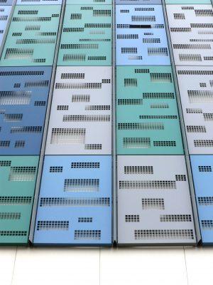 De buitenste elementen kennen vier varianten qua perforatie en vier variaties in kleur