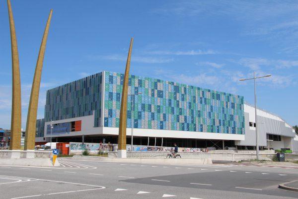 Aanzicht van de gevels van de sporthal langs de Hogeweg en op de kop van het complex