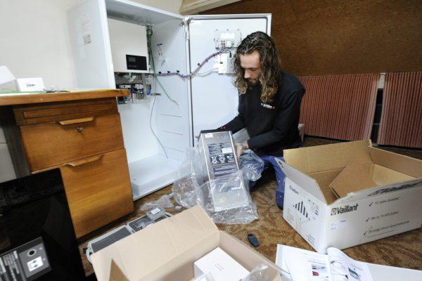 Een accupakket van Vaillant wordt in een op internet aangesloten kast gemonteerd. Alle details over de opslag en het verbruik worden nauwgezet bijgehouden