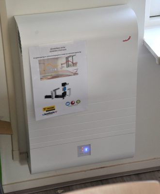 Een decentrale warmteterugwinunit van Zehnder in de woonkamer zorgt voor energiezuinige ventilatie