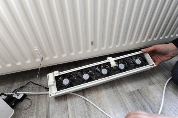 Ventilatoren onder de radiatoren blazen de warme lucht actief in de woning. De ClimateBooster is een oppepper voor lagetemperatuurradiatoren