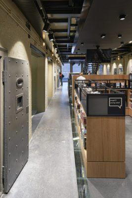 Tussen de bestaande galerijen en de nieuwe vloeren zijn glazen vloerstroken aangebracht