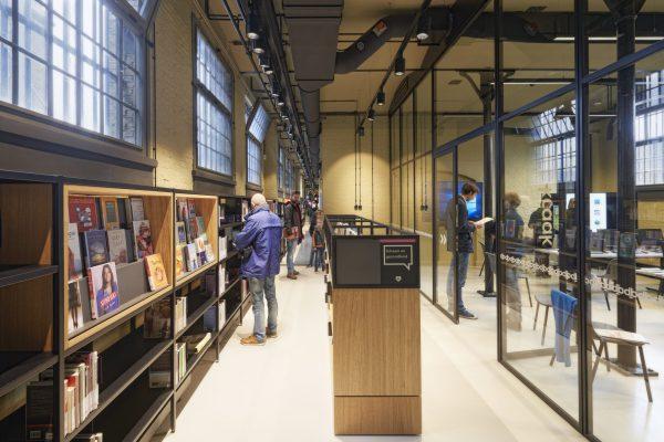 De boeken van de bibliotheek zijn geordend langs de vele gangen van het gevangeniscomplex