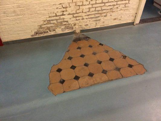Gietvloeren zijn uitgebikt tot op de oude tegelvloeren