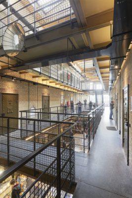 Het andere cellenblok van de Blokhuispoort is verbouwd tot hostel Alibi, waarbij behoud en restauratie zwaarder wogen dan bij de bibliotheek