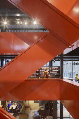 In het nieuwe middendeel is nadrukkelijk het contrast gezocht met onder andere een kleurrijke stalen trap