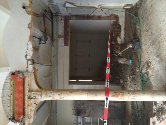 Gietijzeren kolom met getoogde vloerconstructies vóór de restauratie