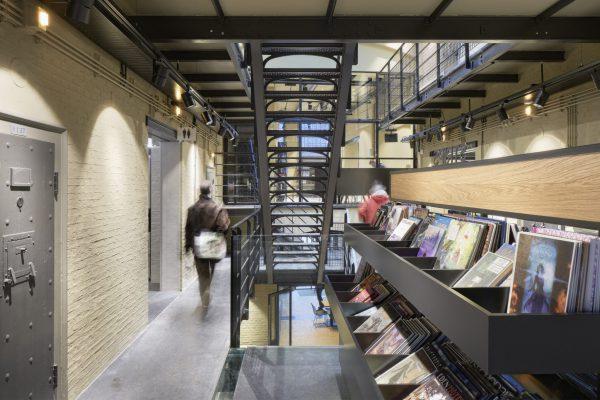 De oude gietijzeren trappen die de galerijen met voormalige cellen verbinden, doen nog prima dienst