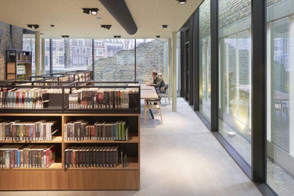 Rondom de kop van het cellenblok is de bibliotheek uitgebouwd tot een halve meter vanuit de gevangenismuur