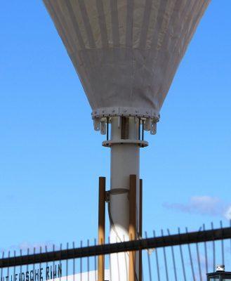 De spanconstructie van de membranen is weggewerkt achter de bak voor opvang van hemelwater