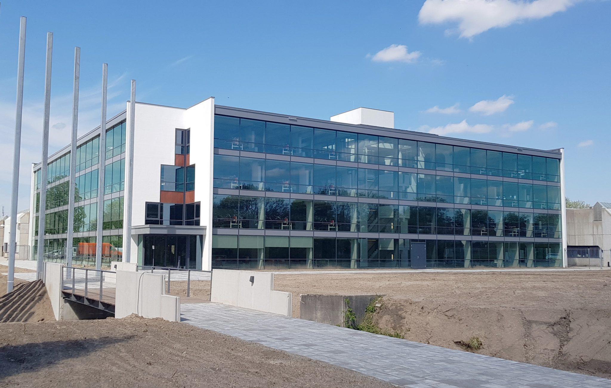 Glazen gevel tussen beton Nieuwe glasgevel biedt daglicht en transparantie in kantoor Stedin
