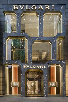 Overdag heeft de Bulgari-winkel een andere uitstraling dan 's nachts.