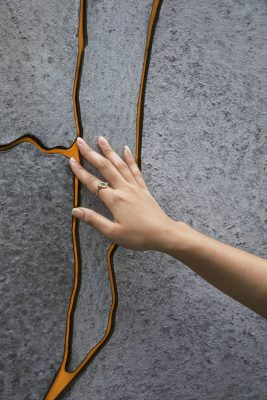 Kunsthars vult de openingen tussen het glasvezelversterkt beton.