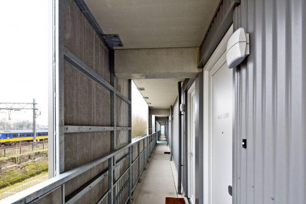 Het hitteschild bestaat uit bekleding van de balustrades en verdiepingshoge panelen ter plaatse van de voordeuren