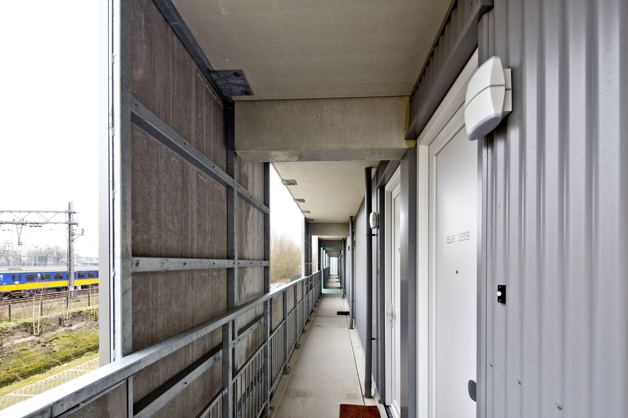 Balustrade Hitteschild aan buitenzijde galerij