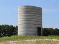 toren op terp UItkijktoren ogebouwd uit lagen betondelen