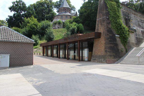 Het entreegebouw in de voet van de Valkhofheuvel is onder de straat door verbonden met de bastei.