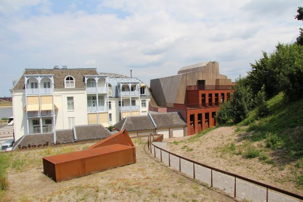 De achterzijde van de bastei gezien over het dak van het entreegebouw, met een lichthapper richting de Sint-Nicolaaskapel.