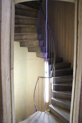 De betonnen treden van de wenteltrap zijn gestapeld en onderling verbonden.