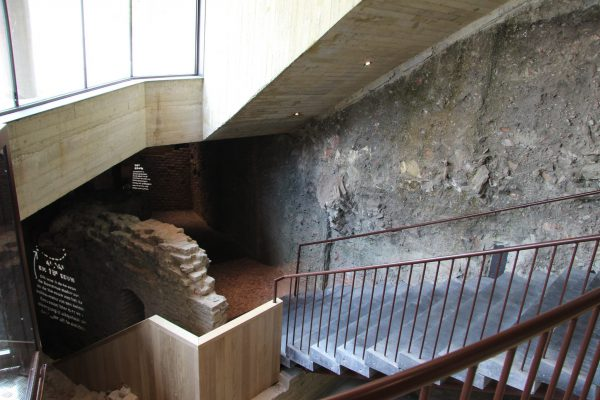 De entree gaat onder de straat, tussen archeologische resten door.