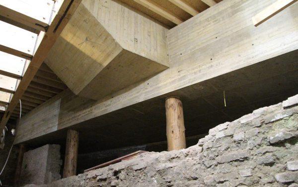 De straat is in een betonnen bak gelegd, die eveneens wordt ondersteund door boomstamkolommen.