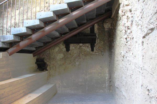 Onder meer onder de trap zijn de bevestigingen van de groutankers in het zicht gehouden.