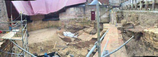 Bij het dieper uitgraven werden steeds meer archeologische resten van gebouwen aangetroffen.