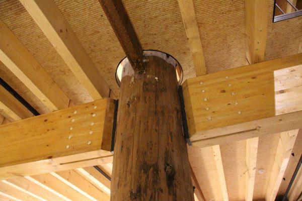 De houtconstructie is in het zicht gelaten. De stalen koker verkort de kniklengte.