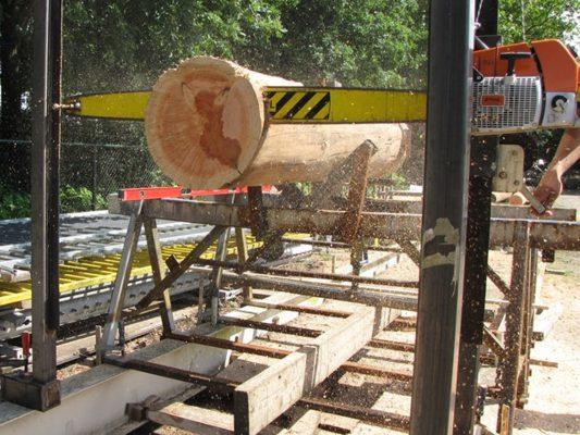 De boomstammen moesten loepzuiver loodrecht worden afgezaagd om de krachten over te kunnen dragen.
