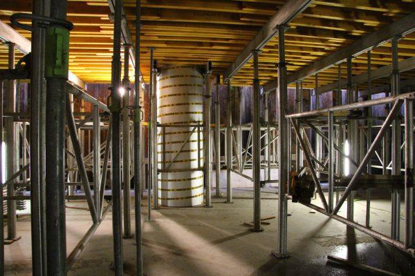 Zware kolommen maken in de fietsenkelder zichtbaar waar de hoogbouw begint.