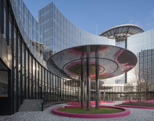 Onderdeel van de metamorfose van het KPN-kantoor tot VEN hotel is de glazen colonnade, die het vernieuwde plein omarmt
