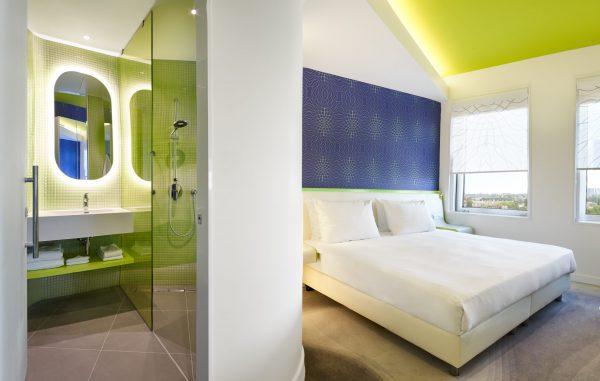 In de hotelkamers zijn speciale afwerkingsmaterialen met projectprints toegepast voor het energizing effect